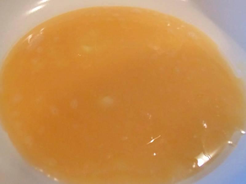 В чистой плоской сковороде разогреваем немного растительного масла и выливаем на сковороду лизьен из яиц, жарим его до полной готовности.