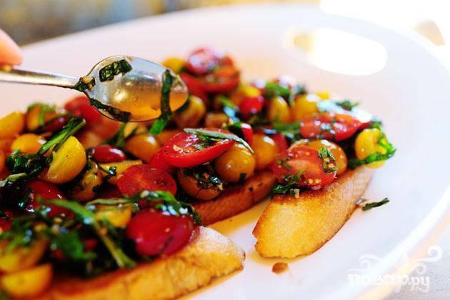 7. Перемешать томатную смесь и выложить на ломтики хлеба. Подавать на большой тарелке как первое блюдо или закуску.