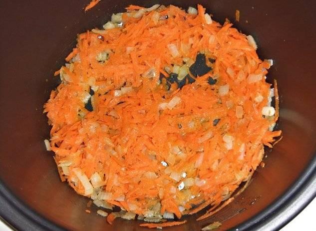 Жарим овощи в течение 10 минут, помешивая.