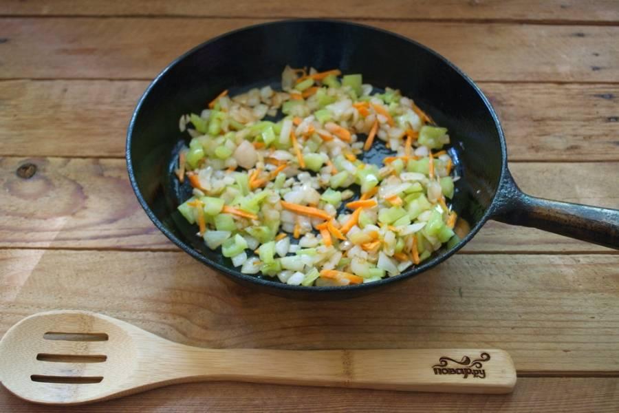 На растительном масле обжарьте лук, морковь, болгарский перец.