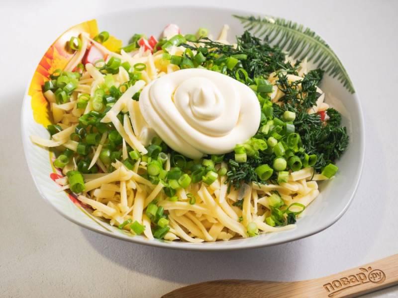 Заправьте салат майонезом, при необходимости посолите по вкусу.