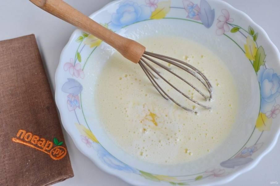 3. Влейте молоко, половину растопленного масла, перемешайте.