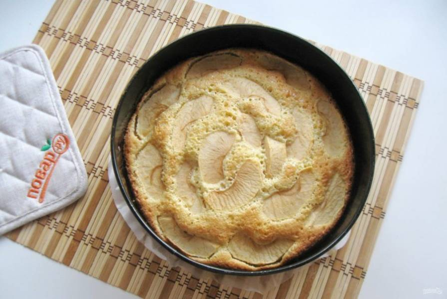 Духовку заранее разогрейте до 175-180 градусов. Пеките пирог 40-45 минут. Готовность проверьте сухой деревянной палочкой.