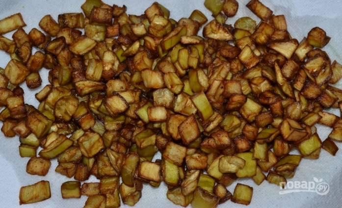 3. Обжаренные овощи пусть полежат на бумажном полотенце, чтобы излишки масла ушли.