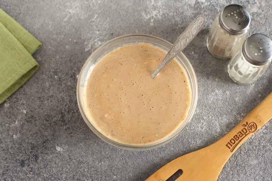 Соедините майонез, сметану, горчицу, давленый чеснок и соевый соус. Посолите, добавьте специи и все перемешайте. Маринад готов.