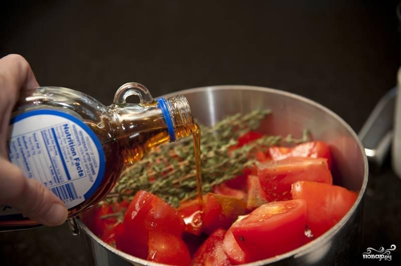 3. Перемешайте все ингредиенты джема в большой кастрюле. Т.е. смешайте помидоры, лимонный сок, тимьян, бальзамический или винный уксус, корицу, соль, перец. Затем добавьте сироп. Отлично, если у вас имеется кленовый сироп. Но его несложно заменить, просто сварив воду с сахаром. На полстакана воды используйте 3-4 столовые ложки сахара.