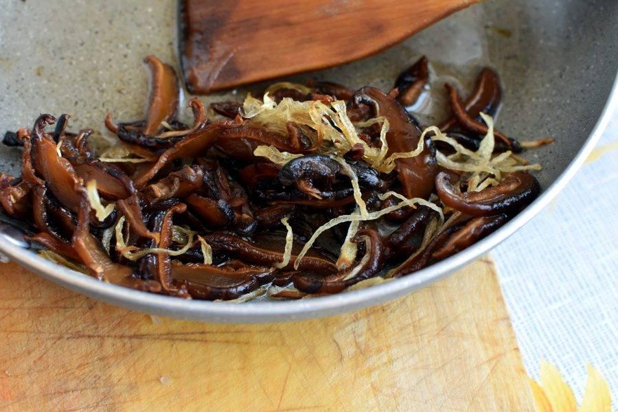 Шиитаке нарежьте ломтиками и поджарьте вместе с репчатым луком на растительном масле до легкого румянца.