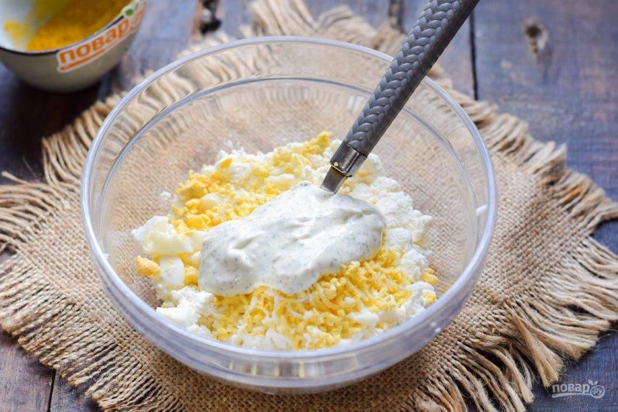 Добавьте ложку соуса или майонеза. Соль и перец можете добавить по своему вкусу.
