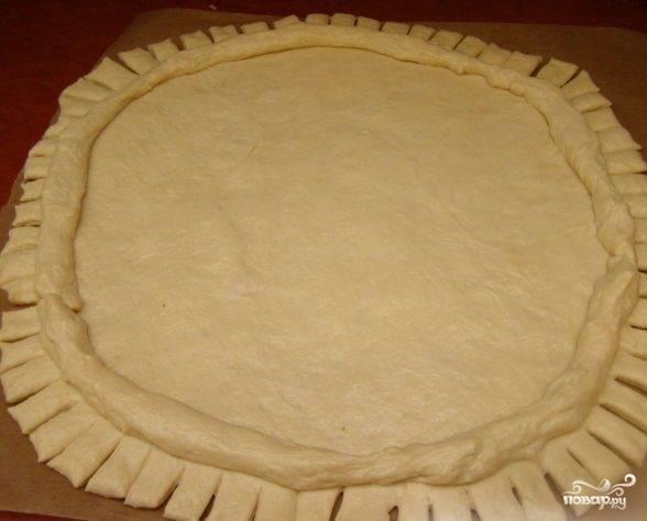 5. Когда тесто будет готово, раскатайте его на столе и сделайте красивые края (можно оставить и ровные). Я люблю, когда пироги получаются с необычными фигурными вставками из  теста.