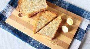 Для гренок хлеб обжарить в тостере и натереть чесноком.