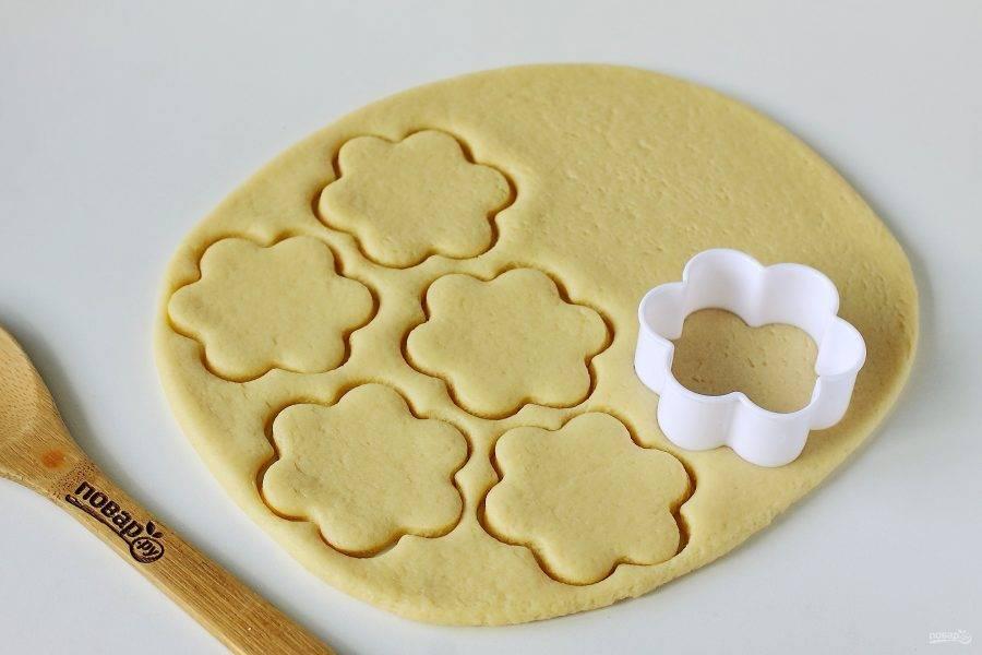 Раскатайте тесто толщиной 5-7 мм., и вырежьте фигурки при помощи формочек или обычного стакана.