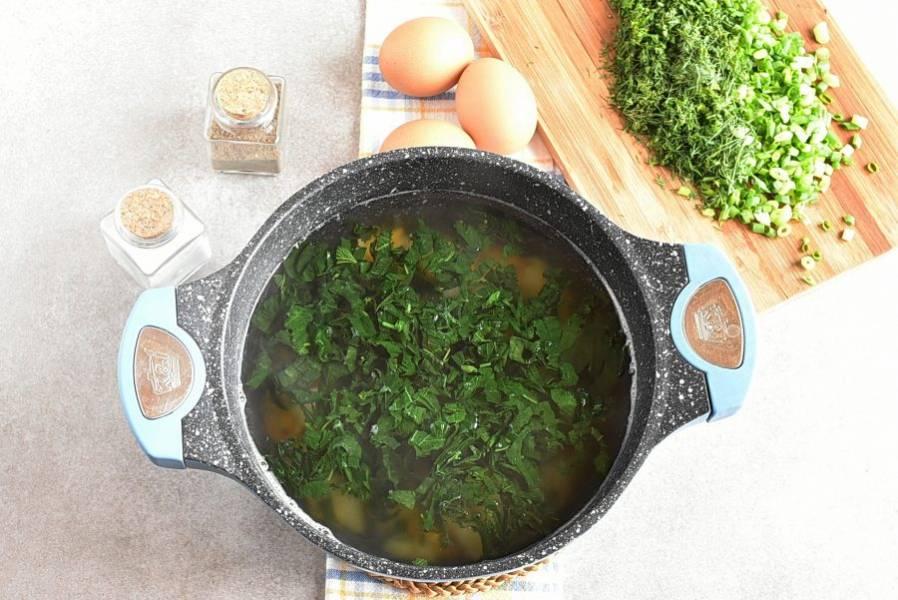 Опускаем крапиву в кипящий суп и варим 2 минуты.