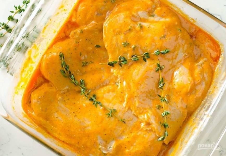 Переложите филе в плотный пакет. Влейте маринад. Перетрите ингредиенты. Оставьте курицу мариноваться (плотно закрытой) от 30 минут до 24 часов.