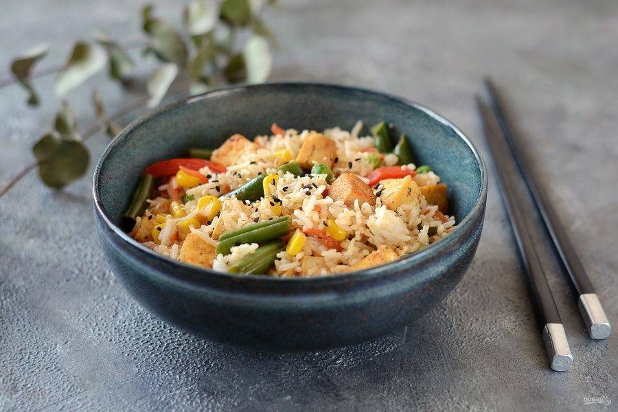 Рис с тофу и овощами готов, приятного аппетита!
