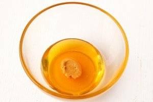 Для начала мы приготовим медово-горчичный соус. Мёд тщательно размешать с горчицей.