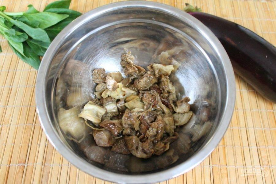 Печеные баклажаны нарезаем и высыпаем в глубокую миску.