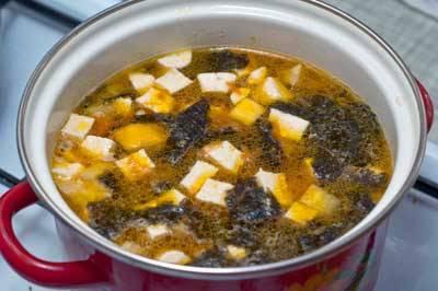 Добавляем соевый соус, даем минут 5 покипеть и снимаем кастрюлю с супом с плиты. Суп готов.