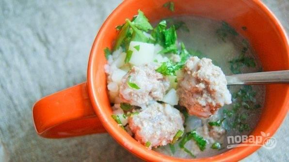 Варите суп ещё 15 минут после закипания воды. Добавьте зелень. Приятного аппетита!