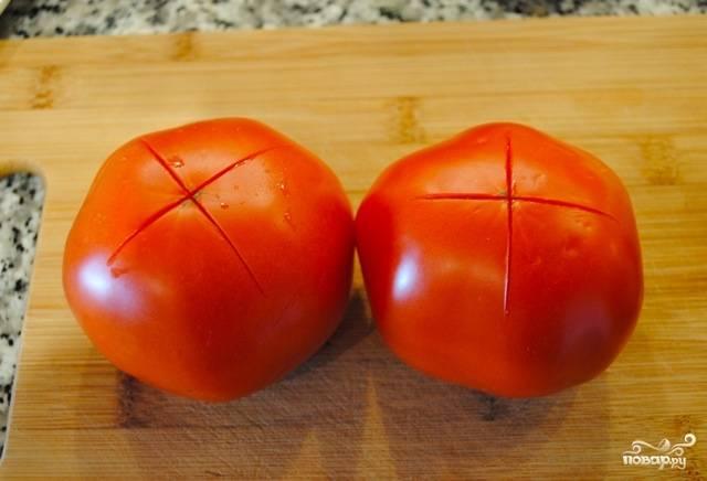 На помидорах сделайте надрезы, чтобы кожица слезла легче. Затем залейте их кипятком минуты на 2.