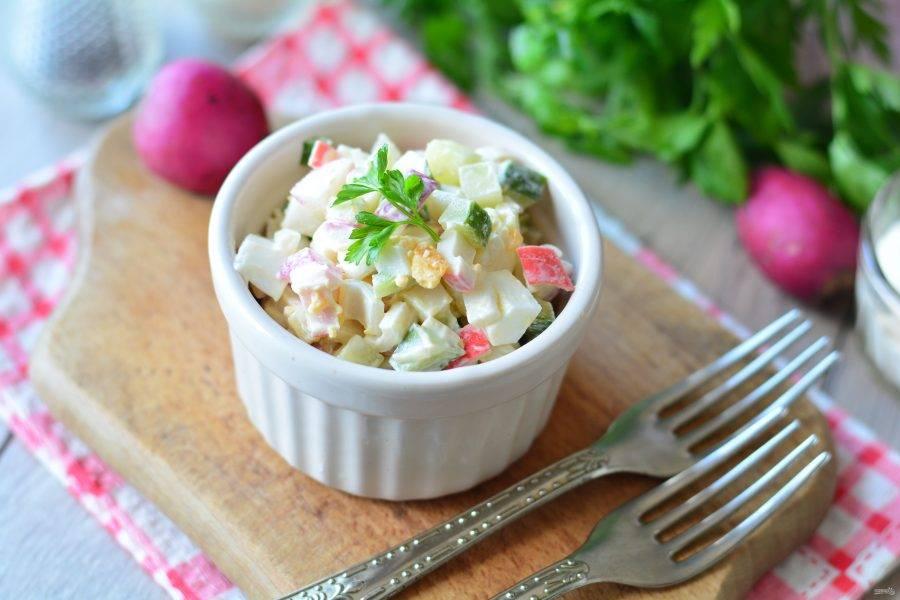 Перемешайте салат и выложите в порционную посуду, блюдо готово. Приятного аппетита!