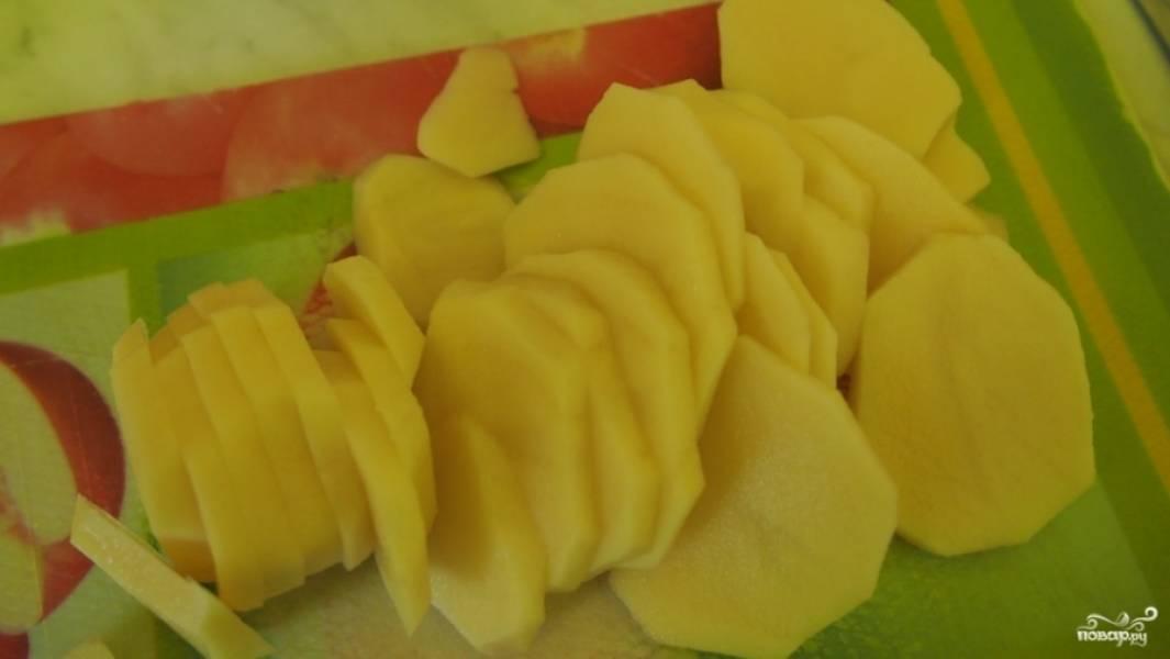 Картошку помойте и нарежьте кольцами средней толщины.