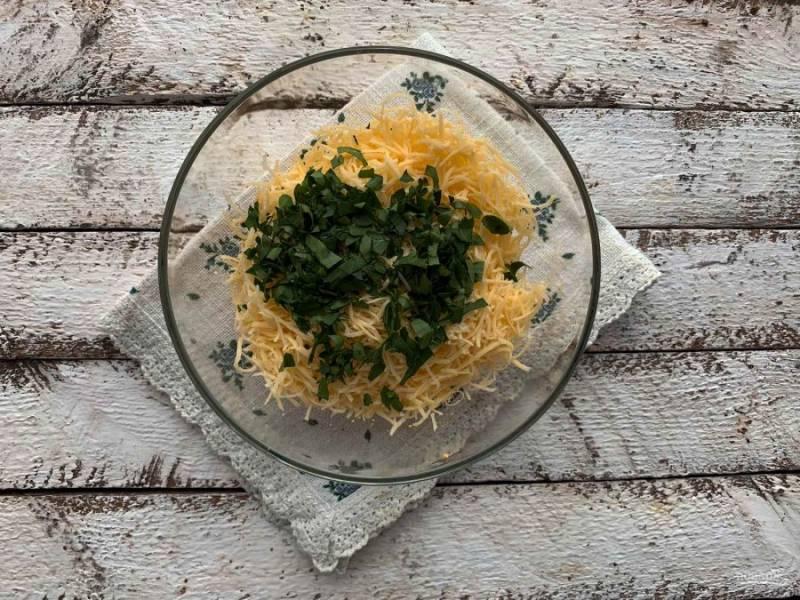 Зелень порубите и добавьте к остальным ингредиентам.