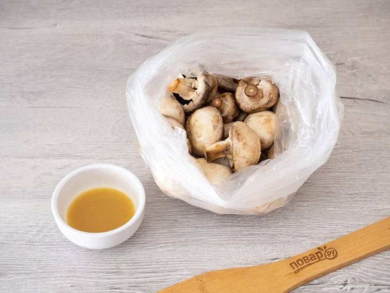 Сделайте двойной пакет, выложите в него подсоленные по вкусу грибы.