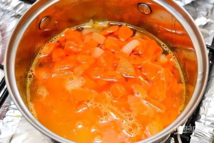3. Влейте горячую воду, чтобы она покрыла овощи.