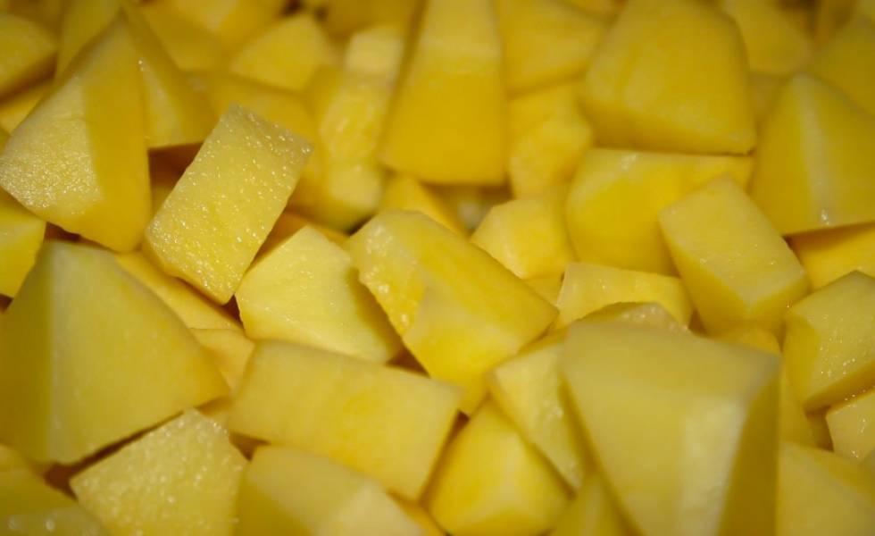 Картошку кубиками.