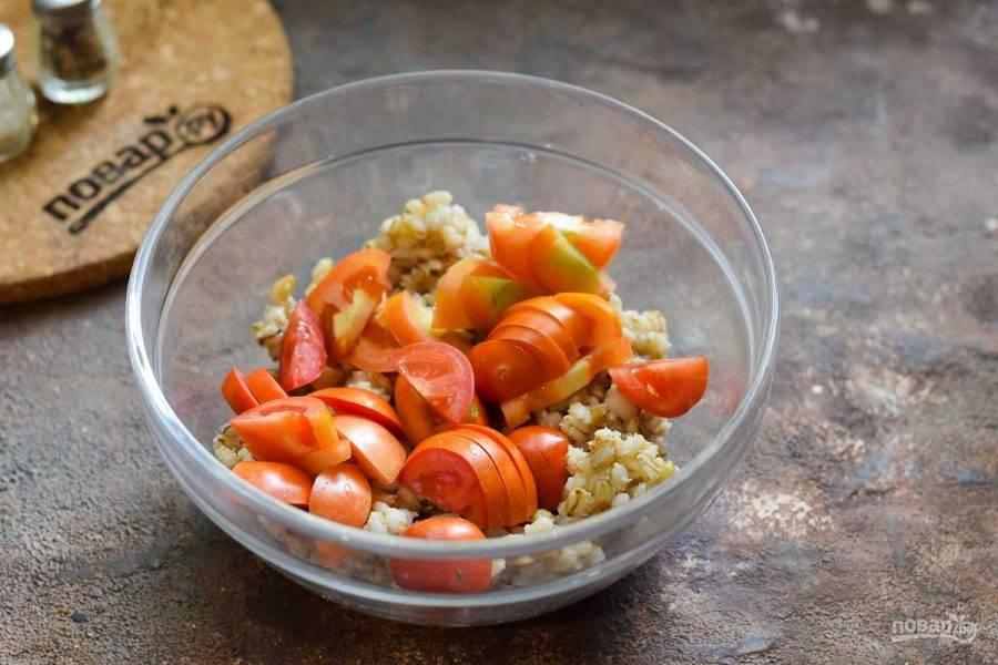 Помидоры ополосните и просушите, нарежьте дольками и добавьте в салат.