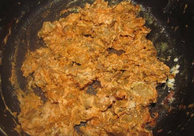 Посыпаем мясо мукой и помешивая обжариваем буквально 1 минуту. Затем добавляем к мясу кетчуп и сметану, хорошо перемешиваем.