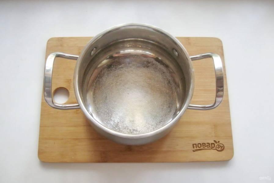 Приготовьте маринад. В кастрюлю насыпьте соль и сахар.