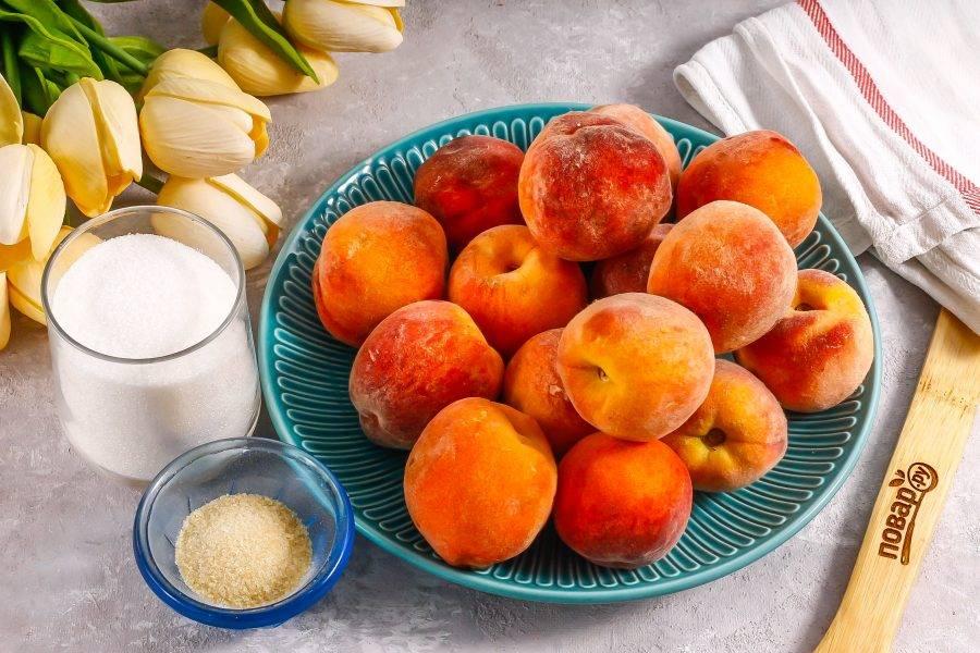 Подготовьте указанные ингредиенты. Можно использовать нектарины, персики с ворсистой кожурой или инжирные.