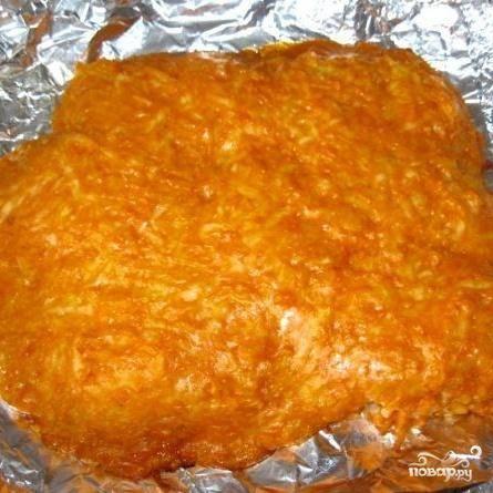 5.Заранее разогреть духовку до 180 градусов. Поставить противень в духовку и выпекать около тридцати минут. Мясо в шубе лучше всего подавать горячим. На гарнир можно приготовить картофельное пюре или отварные овощи. Блюдо получается очень яркое, красивое и вкусное.