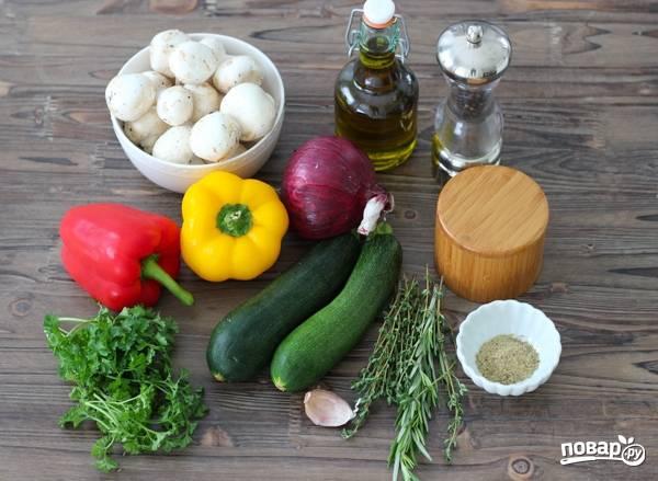 1. Вымойте и обсушите все овощи, очистите лук и чеснок.