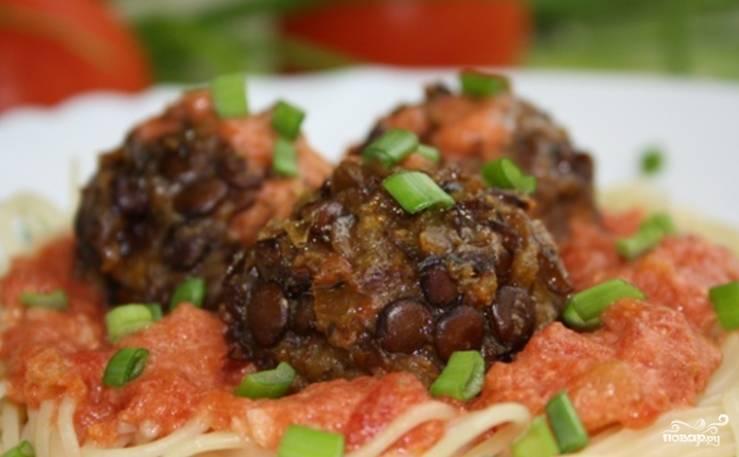 Подавайте с томатным соусом и гарниром из спагетти. Приятного аппетита!