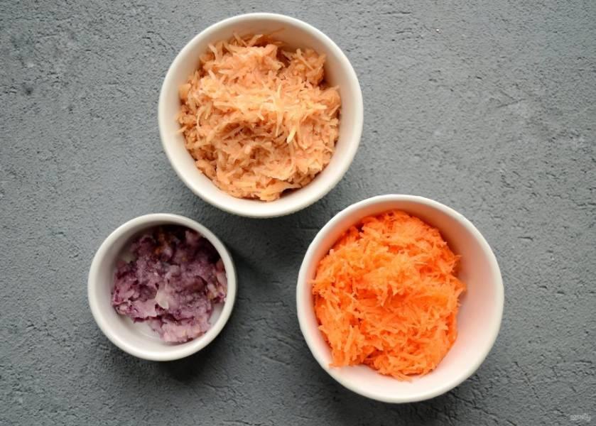 На мелкой тёрке натрите картофель, лук и морковь. Отожмите, чтобы фарш не был мокрым.