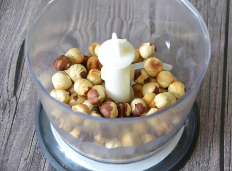 Сложите 135 грамм орехов в блендер и измельчите в крошку, старайтесь, чтобы орехи не сбились в комок и не стали отдавать масло, нужна мелкая крошка, практически мука.