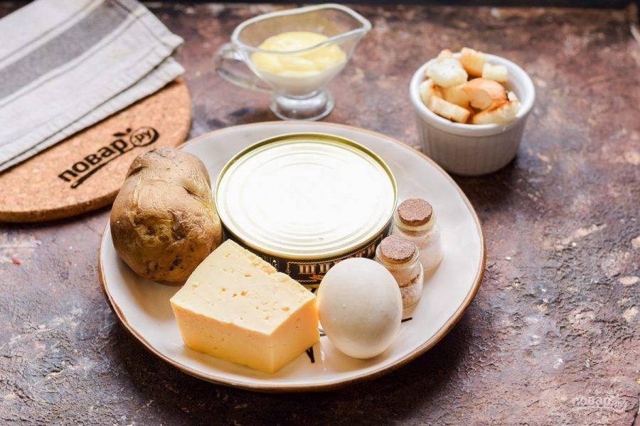 Подготовьте все ингредиенты. Отварите заранее картофель — 25 минут, куриное яйцо — 10 минут.