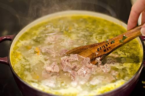 7. Когда картофель почти готов отправить в кастрюлю мясо и проварить буквально 5 минут. При желании суп щавелевый с мясом в домашних условиях можно дополнить также сметаной. Что касается яиц, то тут все просто. Можно взбить их и тонкой струйкой влить в кастрюлю, постоянно помешивая. Второй вариант - это подавать суп с половинкой или четвертинкой отварного яйца.