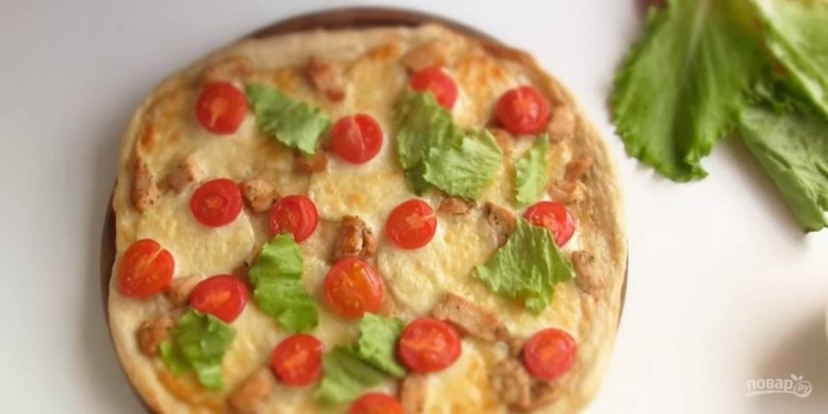 """6. Готовую пиццу украсьте листьями салата, соусом и """"Пармезаном"""". Приятного аппетита!"""