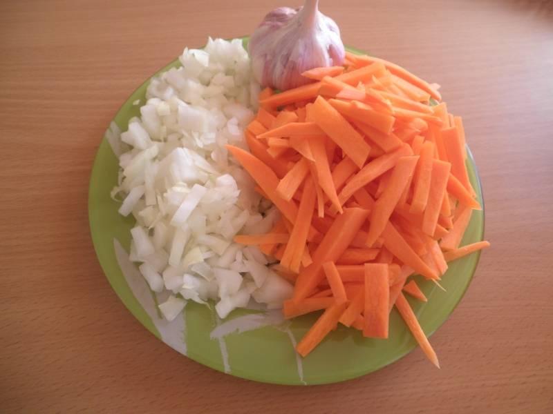 1. Первым делом нужно заняться овощами. Луковицы очистить и нарезать мелким кубиком или полукольцами. Морковь вымыть, просушить и нарезать брусочками. Чеснок можно пропустить через пресс или измельчить ножом.