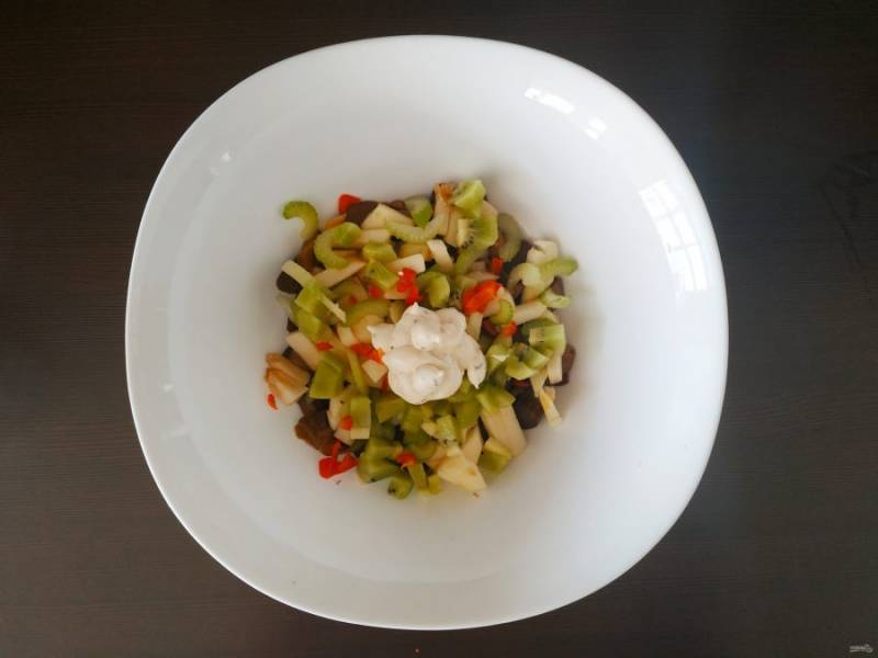 Положите 2-3 ложки соуса, посолите и подавайте к столу.