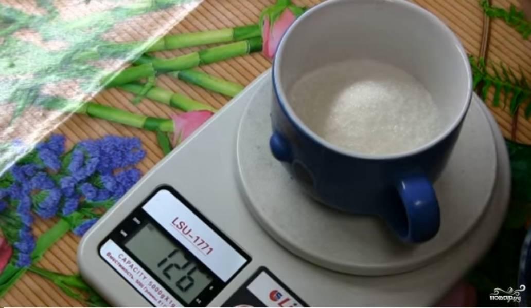 Сахар разделите примерно на равные половины. Первая часть понадобится для добавления к взбитым белкам. Вторая - для сиропа.