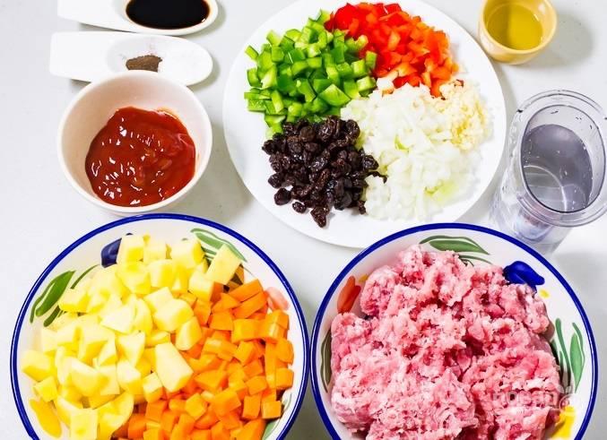 Нарежьте кубиками лук, перец, картофель и морковь. Чеснок измельчите.