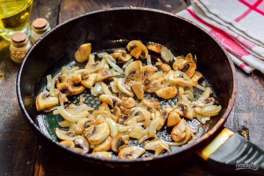 В сковороде прогрейте ложку растительного масла, переложите грибы и лук, жарьте 5-7 минут — до готовности.