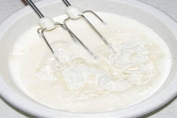 5. Теперь можно начать взбивать тесто. По мере того, как мука будет растворяться, добавлять постепенно молоко. Идеальное тесто - это тесто без комочков. Чтобы они не образовывались, необходимо сделать сначала густое тесто, а затем разбавлять его до нужной консистенции.