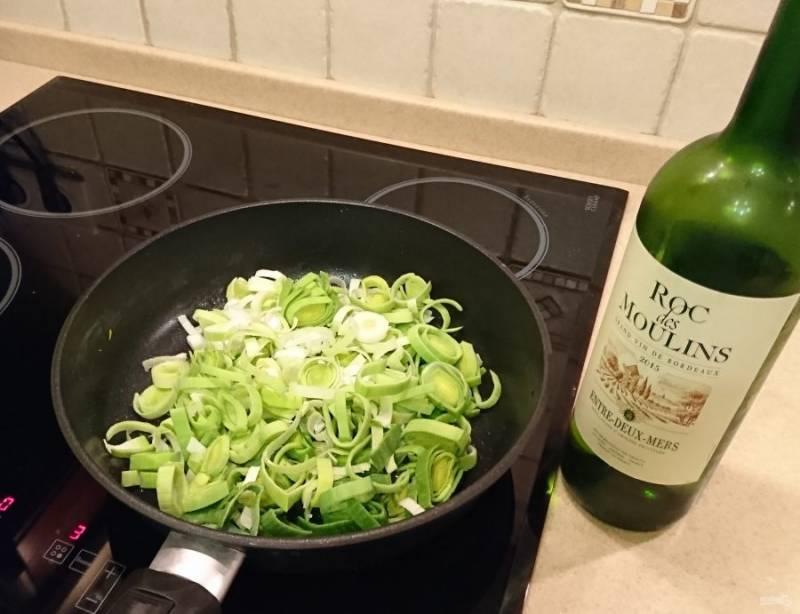 В сковороду в оставшийся от индейки сок выложить лук-порей, добавить белое вино потушить 10-15 минут