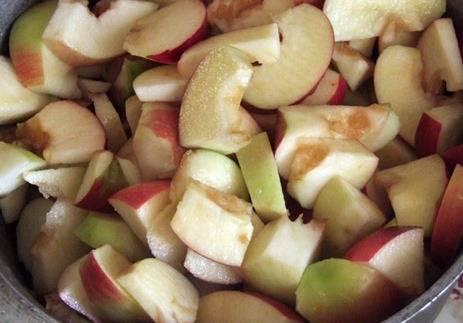 Яблоки хорошо моем, чистим, нарезаем дольками и помещаем в кастрюлю с водой. Если яблоки - кислые, добавьте сахар. Ставим кастрюлю на маленький огонь под крышкой и варим до полного размягчения яблок, минут 20 максимум.