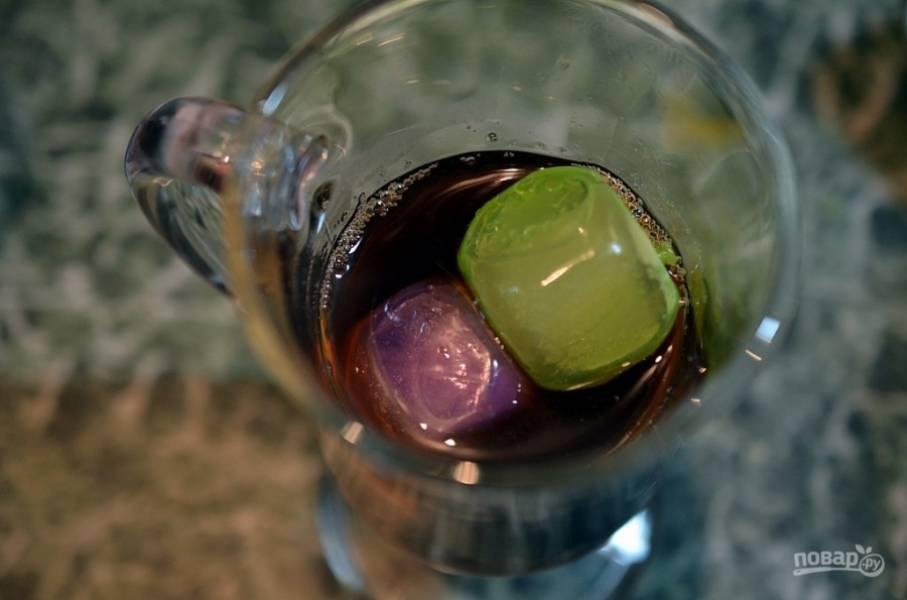 Для подачи в каждый бокал положите кубики льда, на 3/4 налейте охлаждённый чай.
